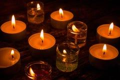 Bougies brûlantes de gel et de cire sur un en bois Images stock