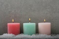 Bougies brûlantes de Noël photos stock