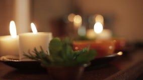 Bougies brûlantes et beau décor clips vidéos