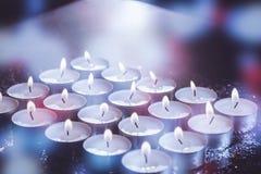 Bougies brûlantes sur la table Photographie stock