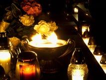 Bougies brûlantes sur la tombe Photo stock