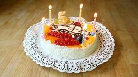 Bougies brûlantes sur le gâteau pour un 5ème anniversaire banque de vidéos