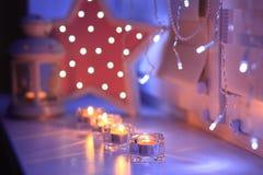 Bougies brillantes le soir Photo libre de droits