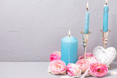 Bougies, coeur et fleurs birning bleus d'été sur la texture grise Image libre de droits