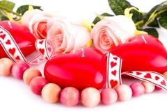 Bougies, collier et roses rouges de coeur Photo stock