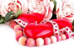 Bougies, collier et roses rouges de coeur Image stock
