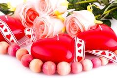 Bougies, collier et roses rouges de coeur Images stock