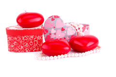 Bougies, colliers et boîte-cadeau rouges de coeur Image libre de droits