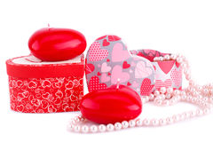 Bougies, colliers et boîte-cadeau rouges de coeur Photos libres de droits