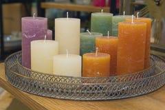 Bougies colorées de cire sur le compteur photographie stock