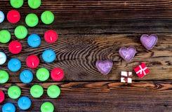 Bougies colorées de Tealight sur le fond en bois Image libre de droits