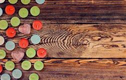 Bougies colorées de Tealight sur le fond en bois Photos stock