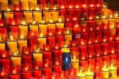 Bougies colorées en rouge en verre principalement image stock