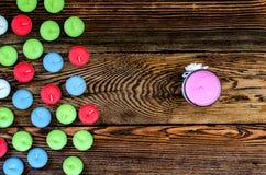 Bougies colorées sur le fond en bois Photos libres de droits