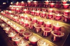 Bougies commémoratives dans l'église Image stock