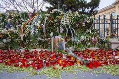 Bougies commémoratives devant le palais de Mihai, roi de la Roumanie Image stock
