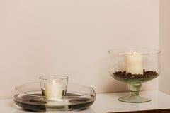 Bougies décoratives dans des cuvettes avec des graines de café Image stock