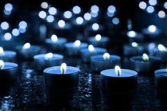 Bougies d'ébarbage sur le verre décoratif Image stock