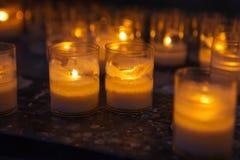 Bougies d'église dans des lustres transparents Images stock