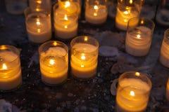 Bougies d'église dans des lustres transparents Image libre de droits
