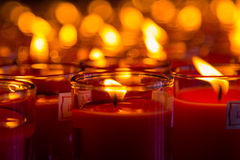 Bougies d'église dans des lustres transparents rouges Photo stock