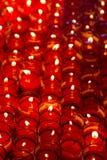 Bougies d'église dans des lustres transparents rouges Photographie stock