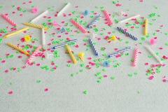 Bougies d'anniversaire montrées sur un fond blanc Image stock