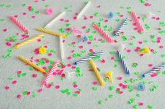 Bougies d'anniversaire montrées sur un fond blanc Photographie stock