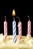 Bougies d'anniversaire sur le gâteau Image libre de droits