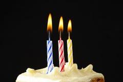 Bougies d'anniversaire sur le gâteau Images libres de droits