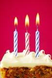 Bougies d'anniversaire sur le gâteau Images stock