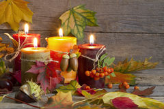 Bougies d'automne avec de feuilles vintage d'abrégé sur toujours la vie Image libre de droits