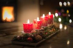 Bougies d'avènement avec l'arbre de Noël et le feu brûlant de cheminée Image libre de droits