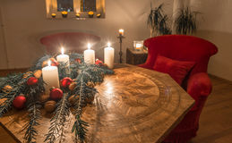 Bougies d'avènement avec l'arbre de sapin décoré sur une table antique Photos libres de droits