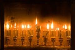 Bougies d'huile de Hanoucca, allumées photos libres de droits