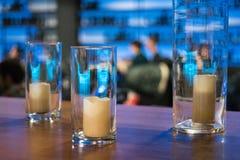 Bougies dans des vases en verre, élément pour la conception et décoration dans le C.A. Photos stock