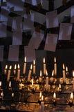Bougies dans l'église Images stock