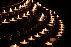 Bougies dans l'église Photographie stock