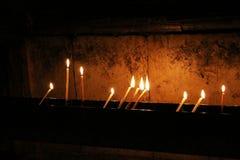 Bougies dans l'église de la tombe sainte Photographie stock libre de droits