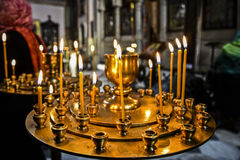 Bougies dans l'église orthodoxe en Géorgie Image stock
