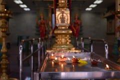 Bougies dans le temple hindou Photo stock