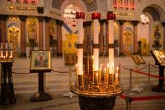 Bougies dans un chandelier Photo stock