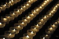 Bougies dans une église Photos libres de droits