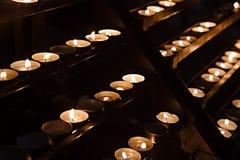 Bougies dans une église foncée Photo stock