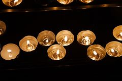 Bougies dans une église foncée Image libre de droits