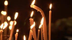 Bougies de brûlure dans l'église HD banque de vidéos