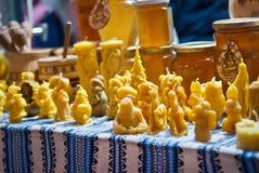 Bougies de cire d'abeille sur le marché de Noël Images stock