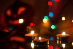 Bougies de cire dans la perspective d'une guirlande Photographie stock