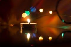Bougies de cire dans la perspective d'une guirlande Image stock