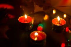 Bougies de cire dans la perspective d'une guirlande Photo stock